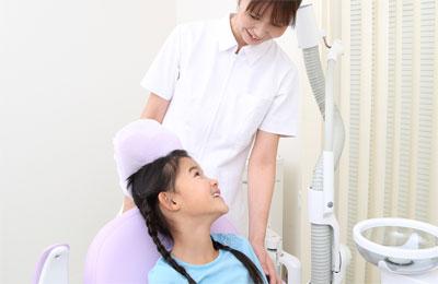 診療説明をする歯科衛生士と患者
