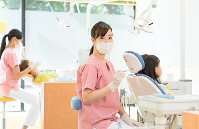 診療を行う歯科医師
